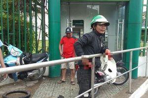 Trét ớt vào mắt người đi rút tiền ở trụ ATM để cướp