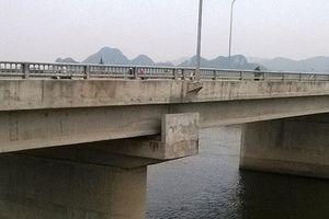 Cô gái trẻ gieo mình xuống sông Đáy tự tử