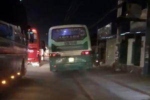 Xe buýt leo vỉa hè quốc lộ, 'phóng như tên lửa'