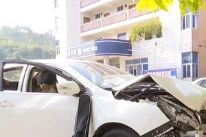 Nữ tài xế lại nhầm chân ga, suýt gây tai nạn thảm khốc