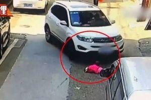 Bé gái 2 tuổi sống sót thần kỳ sau khi bị ô tô chèn qua người