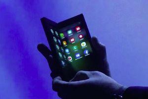 Cận cảnh smartphone gập lại của Samsung, kích thước như máy tính bảng