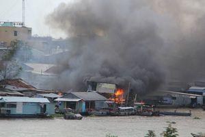 5 căn nhà ven chợ nổi Cái Răng bốc cháy dữ dội