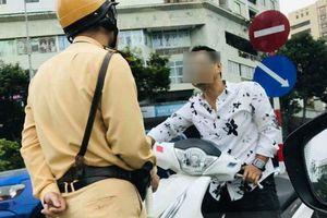 Nam thanh niên đi ngược chiều không đội mũ bảo hiểm thách thức khi bị CSGT dừng xe