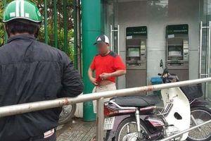 Rút tiền trong trụ ATM ở Sài Gòn, người đàn ông bị cướp trát ớt vào mắt để cướp tài sản