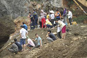 Vụ sập mỏ vàng ở Hòa Bình: Huy động gần 200 người cùng 2 thợ lặn tìm kiếm nạn nhân