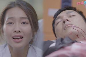 Bác sĩ Hoài Phương hoảng hốt khi thấy người yêu bê bết máu nằm bất động trong xe cấp cứu