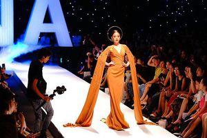 Hoàng Hải Thu làm vedette show thời trang