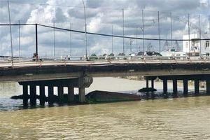 Cần Thơ: Sà lan bất ngờ bị chìm ngay giữa chân cầu Cái Khê