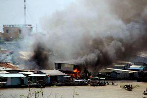 Ngôi chợ nổi tiếng nhất miền Tây chìm trong biển lửa, hàng trăm người tháo chạy kinh hoàng