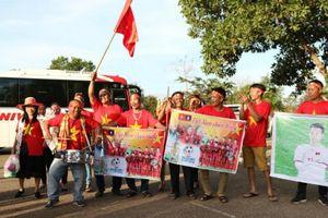 Hàng nghìn CĐV Việt Nam có mặt tại SVĐ quốc gia Lào để tiếp lửa cho ĐT Việt Nam