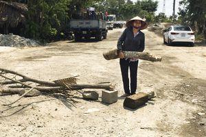 Đường 'oằn mình' gánh xe chở vật liệu xây dựng