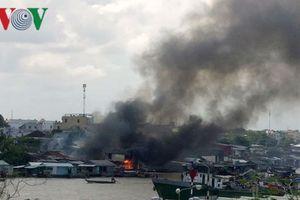Cháy cực lớn, 5 căn nhà ven chợ nổi Cái Răng bị thiêu rụi