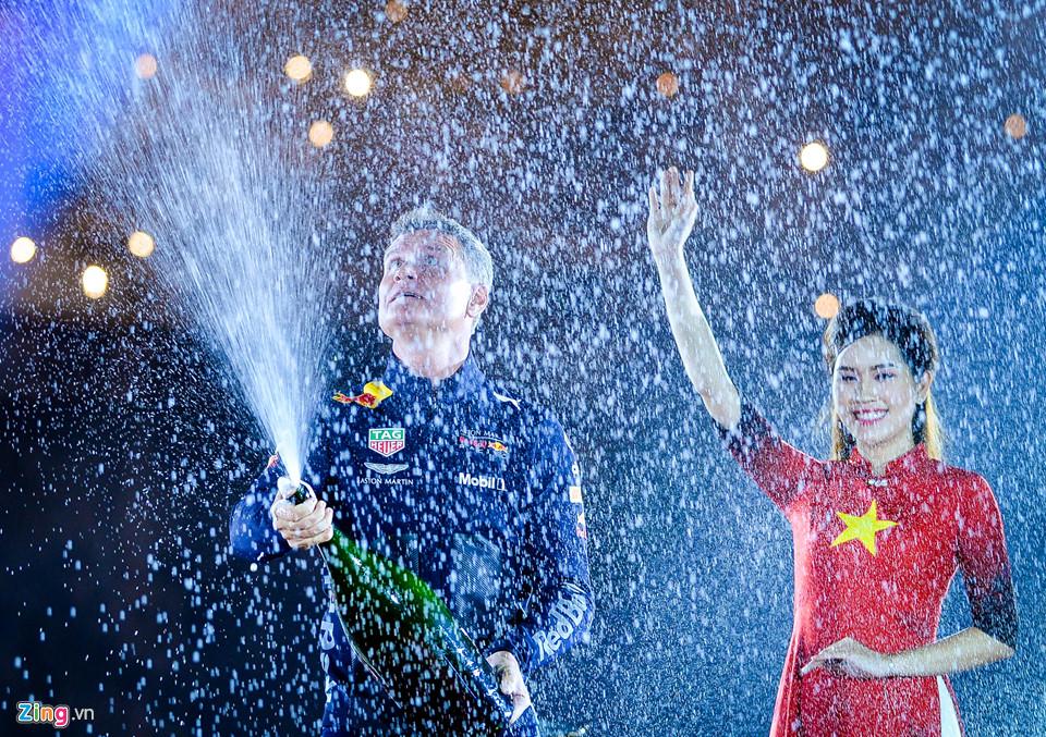 David Coulthard tái hiện màn ăn mừng vô địch F1 tại Hoàng Thành Thăng Long