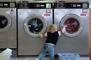 Chơi trốn tìm cùng chị gái, cậu bé 3 tuổi trốn trong máy giặt, bố mẹ thức dậy thì đã muộn