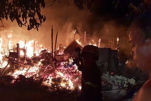 Cháy lán trại, người dân ôm tài sản tháo chạy trong đêm