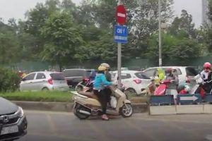 Tháo dải phân cách, xe máy tiếp tục chạy ngược chiều ở Hà Nội