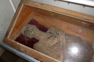 Thi thể vị linh mục còn nguyên vẹn như ướp xác sau 271 năm chôn cất
