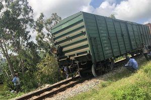 Quảng Ngãi: Tàu chở hàng bất ngờ trật bánh khỏi đường ray