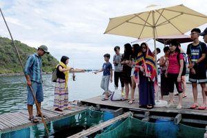 Bất chấp lệnh cấm, bè nổi vô tư đón khách trên vịnh Nha Trang