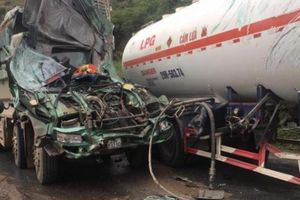 Hòa Bình: Đầu xe tải nát bét do va chạm xe bồn, tài xế nguy kịch