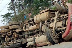 Lai Châu: Xe container lật chắn ngang đường gây ách tắc giao thông