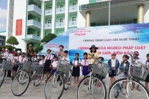 Trao 100 xe đạp cho học sinh nghèo Bạc Liêu