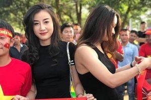 CĐV nữ ĐT Việt Nam tại Lào được săn lùng vì vóc dáng quá đẹp