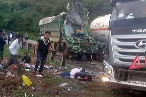 Xe tải va chạm với xe bồn trên đường đèo, quốc lộ 6 tê liệt