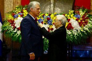 Lễ trao tặng Huân chương Hồ Chí Minh cho Chủ tịch Cuba