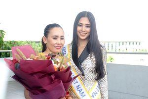 Mẹ Tiểu Vy ra sân bay tiễn con gái đi thi Miss World 2018