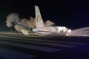 Máy bay Boeing chở 120 hành khách đâm sầm xuống đường băng