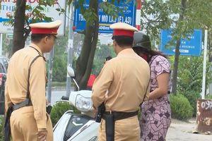 CSGT Hà Nội lập chốt ngăn dắt bộ xe ngược chiều trên vỉa hè