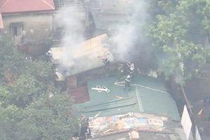 Cảnh sát PCCC leo lên mái nhà cứu người, dập lửa
