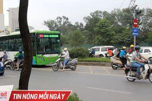 Dỡ dải phân cách phi ngược chiều, chị gái liều 'cắt mặt' buýt nhanh BRT