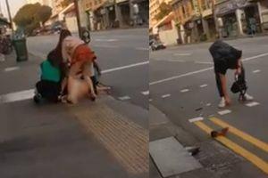 Clip 2 mỹ nữ Việt đánh nhau lộ nội y ở Singapore, người nước ngoài nhặt đồ hộ