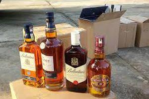 Bắt giữ xe tải chở 900 chai rượu không rõ nguồn gốc xuất xứ