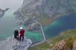 Clip: 'Toát mồ hôi' với màn cầu hôn nguy hiểm bậc nhất thế giới