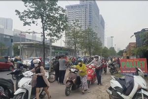 CSGT 'bó tay' trước tình trạng người dân dắt xe ngược chiều trên vỉa hè
