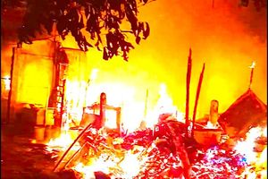 Cháy lớn sát Làng trẻ SOS, người dân ôm tài sản tháo chạy trong đêm