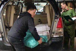 Quảng Trị: Ô tô gắn biển số giả chở hàng trăm kg pháo lậu