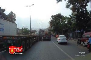Hú vía vì xe container rơi tôn thép cuộn giữa đường