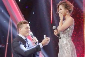 'Ca sĩ vừa ăn vừa hát' được bạn trai Tây cầu hôn ở game show