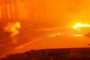 Tài xế lái ôtô lao qua biển lửa, chạy khỏi đám cháy rừng ở Mỹ