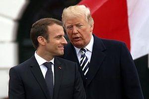Vừa đáp xuống Paris, ông Trump đã mỉa mai tổng thống Pháp