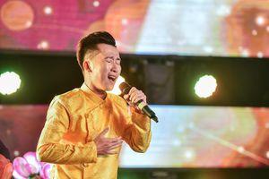 Khán giả cổ vũ nhiệt tình cho thí sinh đội HLV Hồ Ngọc Hà và Mr. Đàm