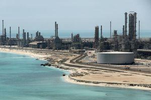 Giá dầu trượt dốc mạnh, Nga và OPEC sẽ cắt giảm sản lượng?