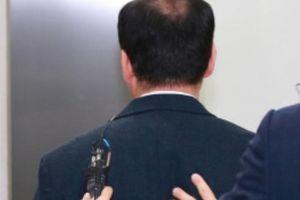 Làm lộ đề thi cho 2 con gái, thầy giáo bị bắt giữ