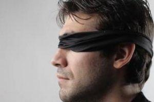 Anh: Giả gái, dụ 4 đàn ông đến nhà bịt mắt quan hệ