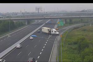 Xe container quay đầu và đi ngược chiều trên cao tốc Hà Nội - Hải Phòng